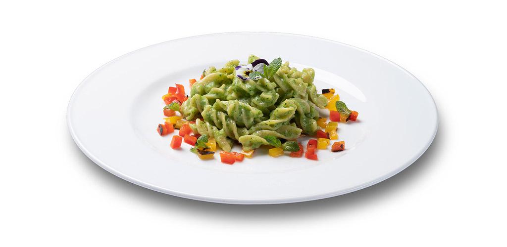 foto piatto Fusilli 30-70 con crema di zucchine alla menta e peperoni grigliati