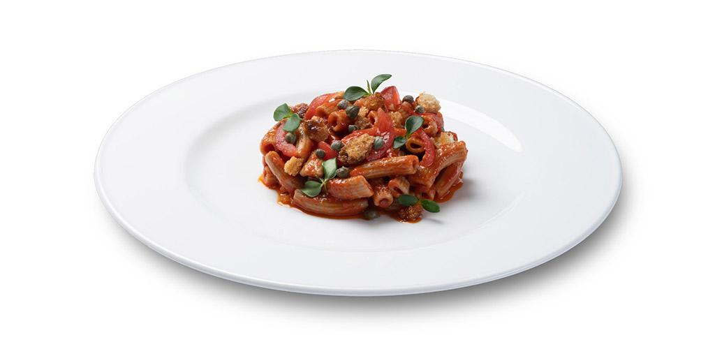 """foto piatto Sedanini 30-70 """"all'arrabbiata"""" con pomodorini, capperi e briciole di pane croccante"""