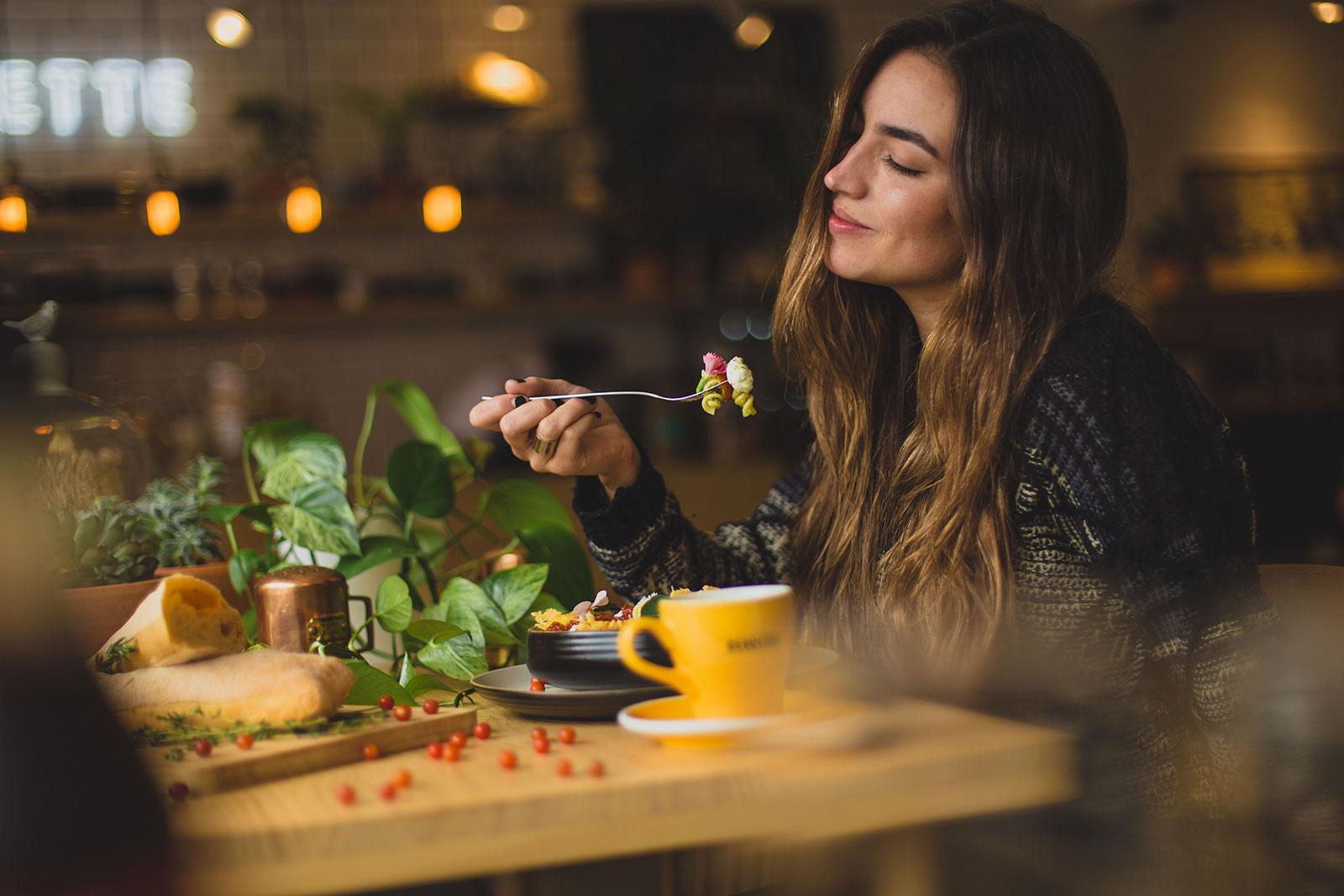 immagine con ragazza che mangia pasta